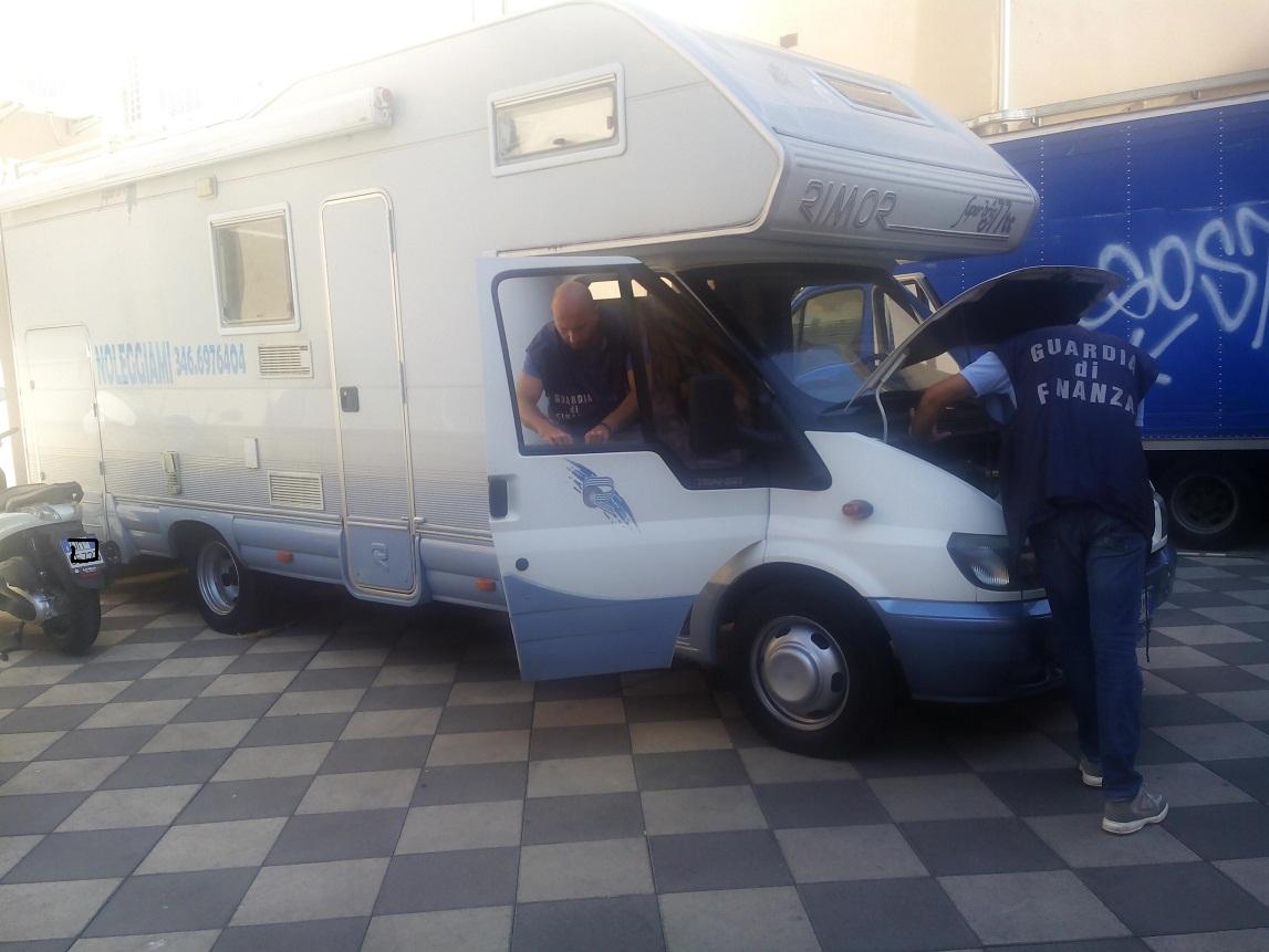 """Sequestrato camper della droga al centro """" Porte di Catania"""": 7 arresti"""