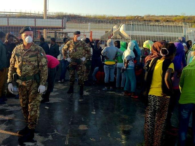 Sbarcati oltre 350 migranti a Lampedusa. Intervengono i militari dell'esercito