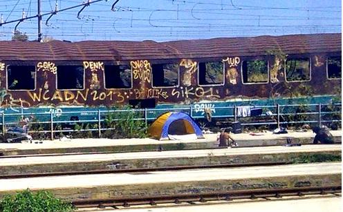 Vacanza fai da te alla stazione di Catania, in tenda tra i binari