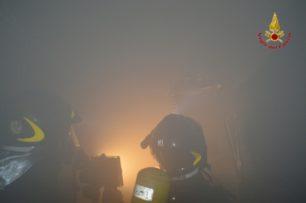 Prende fuoco deposito in via raffineria a Catania