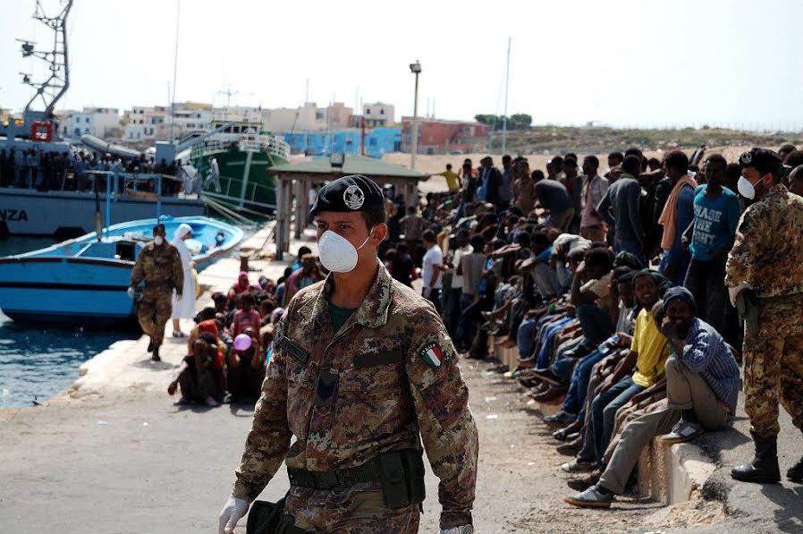 """Nuovi  sbarchi a Lampedusa. I migranti accolti dai militari dell'Esercito coinvolti nell'operazione """"Strade sicure"""""""