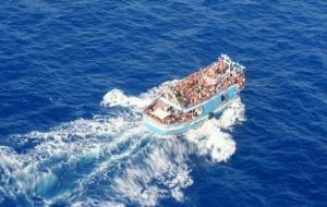 Avvistata grossa imbarcazione con molti migranti verso la Sicilia – Video
