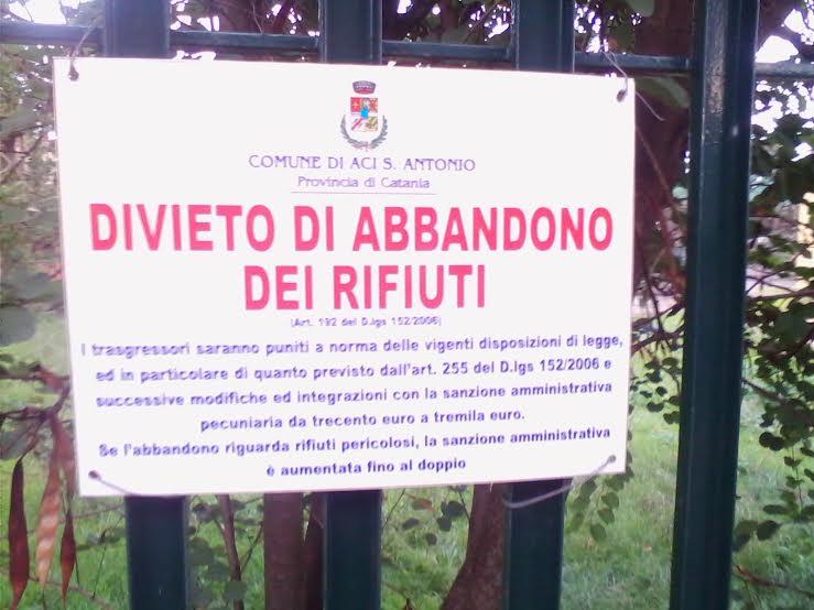 Aci Sant'Antonio: Lamentele per rifiuti nei marciapiedi