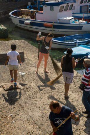 Personale Usa ripulisce la spiaggetta di S. G. Licuti a Catania