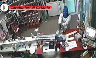 "<a href=""http://youtu.be/zADvn3L8wwc?list=UU-uUu7qqir3hEYEYFBfxPcQ"">Video</a>I Carabinieri arrestano due rapinatori seriali. Sequestrate le autovetture utilizzate per la spaccata al "" Porte di Catania"""