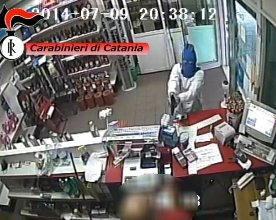 """VideoI Carabinieri arrestano due rapinatori seriali. Sequestrate le autovetture utilizzate per la spaccata al """" Porte di Catania"""""""