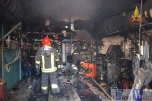 Divampa incendio in un'officina per la riparazione di pneumatici in via Torino