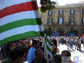 Operatori della formazione professionale, forestali, dipendenti dell'Esa protestano davanti davanti alla presidenza Regione
