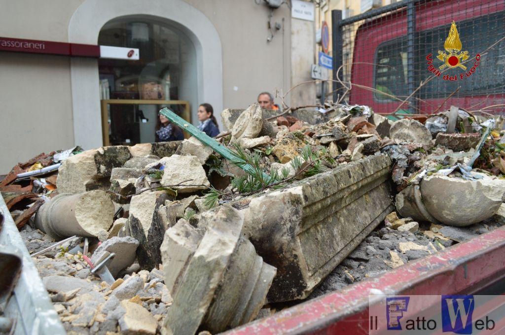 Grave disagio ad Acireale (Ct)  alcune persone sono rimaste bloccate nelle loro abitazioni per il crollo delle scale di accesso