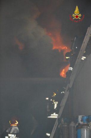 Capannone in fiamme nei pressi dell`aeroporto di Catania