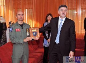 Il Col. Romano consegna il crest del RPPB al Col. Sicuso