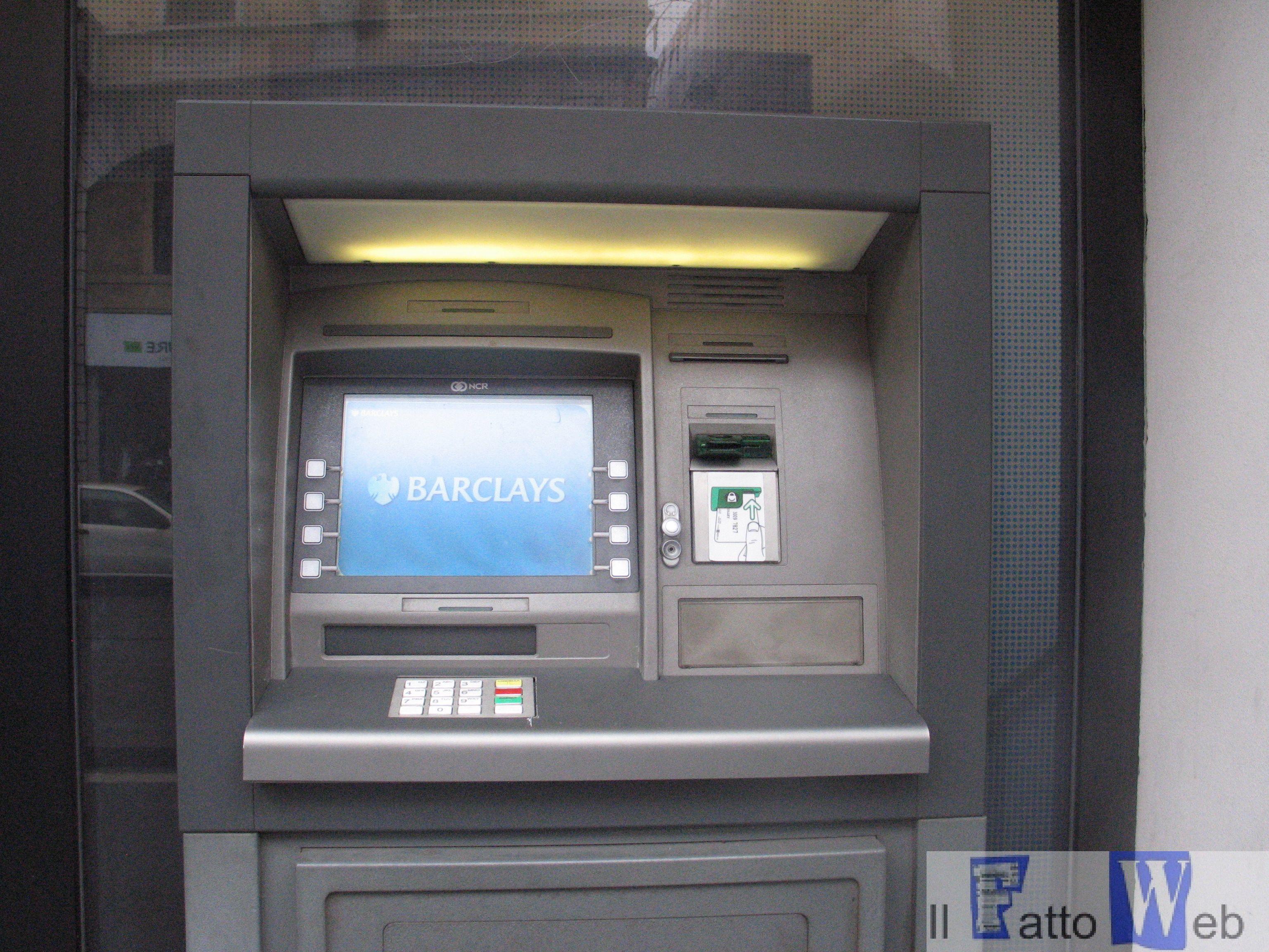 Tratto in arresto un uomo mentre stava tentando  di asportare un bancomat
