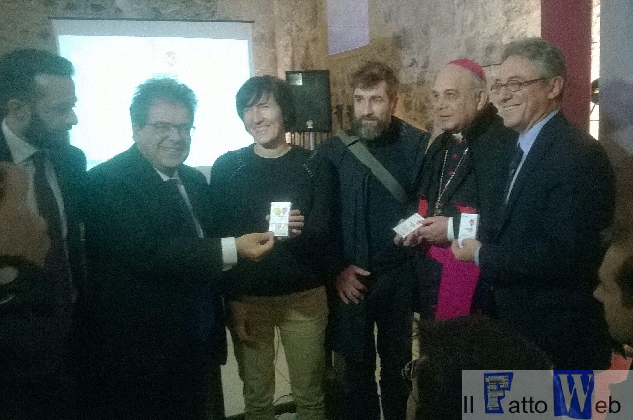 Bianco consegna la prima CataniaPass a due giovani turisti italiani