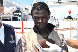 Video -Piccola flotta di gommoni partiti dalla Libia, reo confessi 4 scafisti dalla Polizia