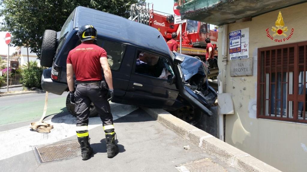 Fuoristrada finito contro una palazzina al Viale Fleming Catania