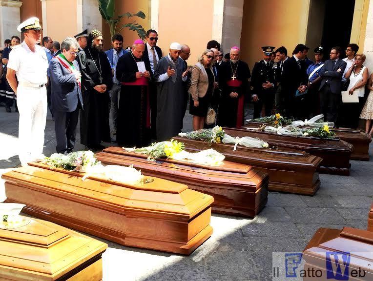 Migranti: celebrata cerimonia funebre interreligiosa per 13 vittime strage del mare