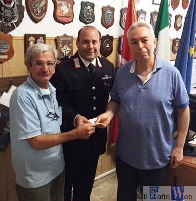 Trova 600 euro ad uno sportello Postamat e li consegna ai Carabinieri