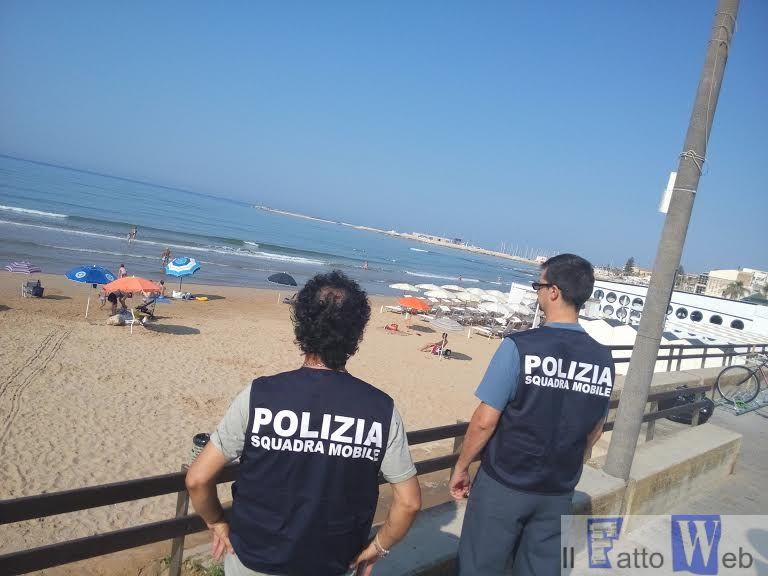Furti in spiaggia a Marina di Ragusa: poliziotti in costume da bagno per individuare il ladro professionista