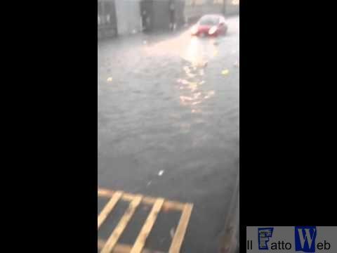 """Catania sud la pioggia inonda Piazza Alcalà e Via Colombo """"Guarda i meloni come galleggiano"""""""
