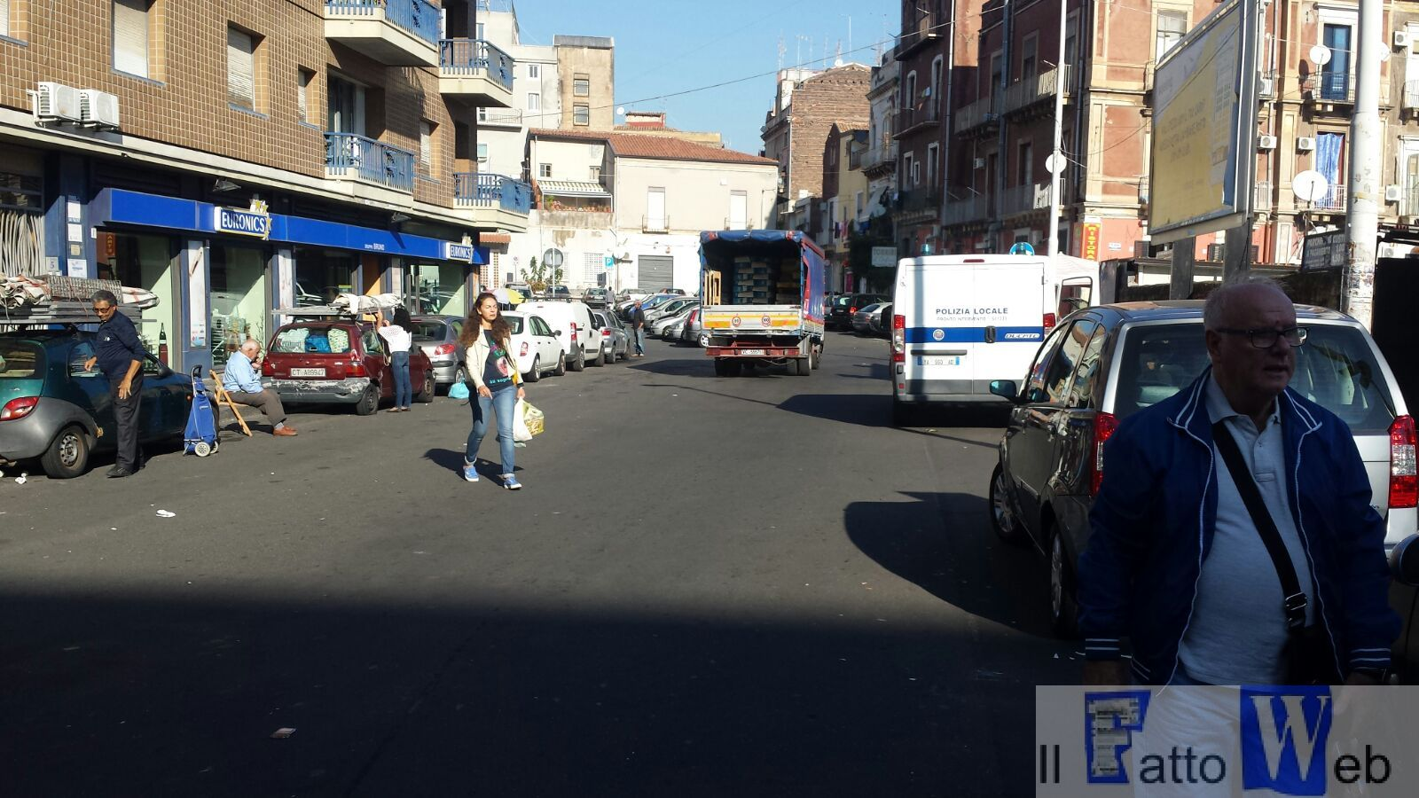 Vigili urbani in azione contro l'abusivismo commerciale