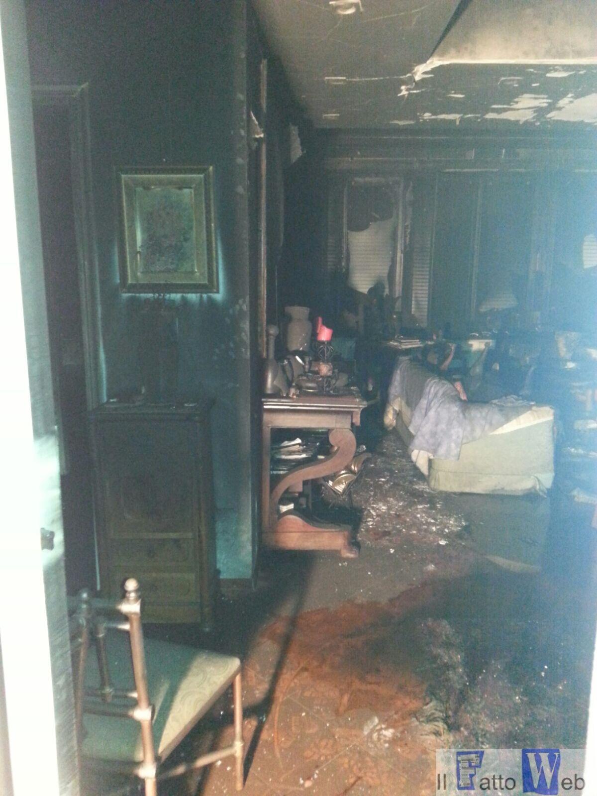 Incendio in un appartamento ad Aci Castello. Salvate dai  CC due donne invalide.