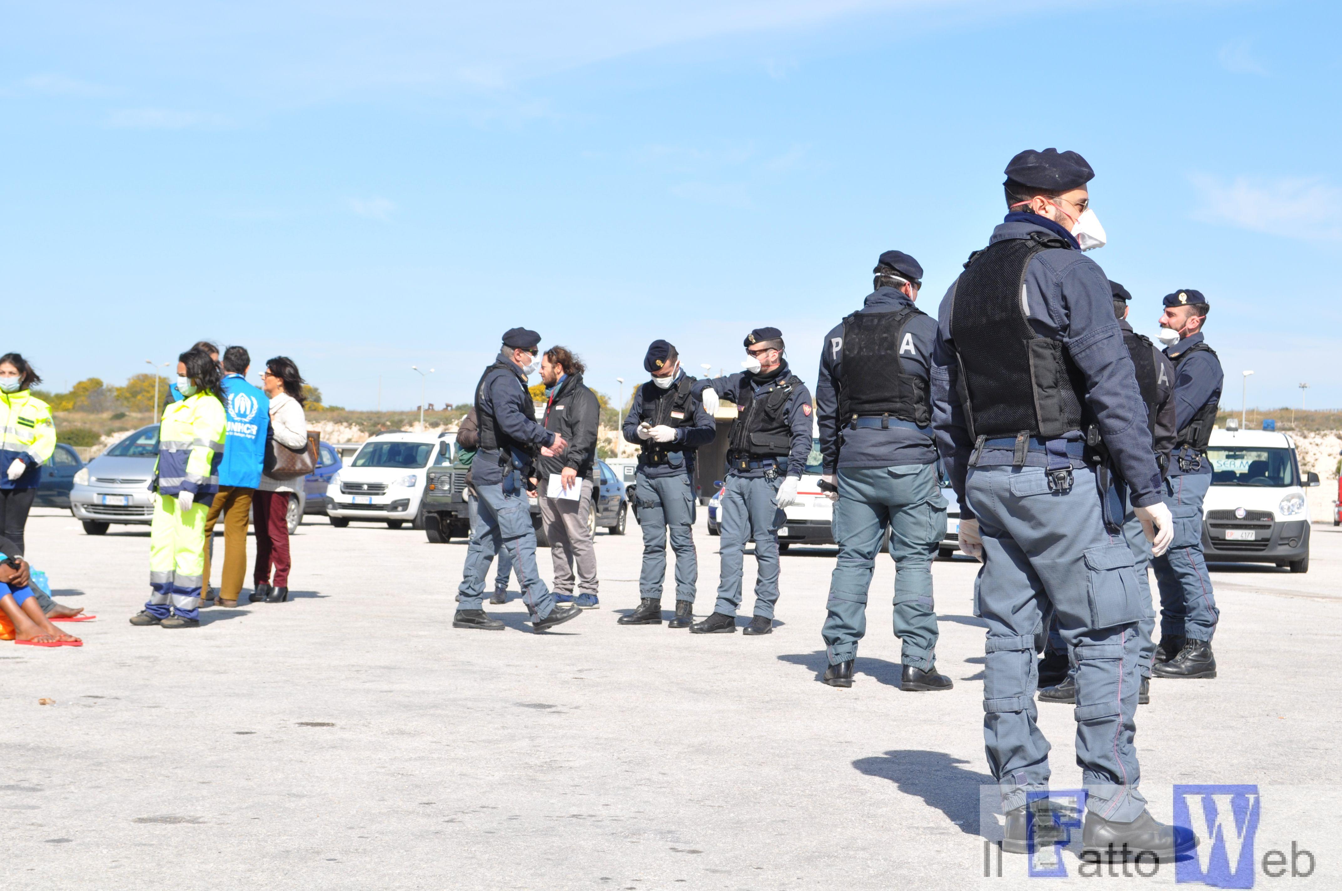 Squadra Mobile di Ragusa: Concluse le indagini sullo sbarco di 730 migranti. Fermati altri due scafisti
