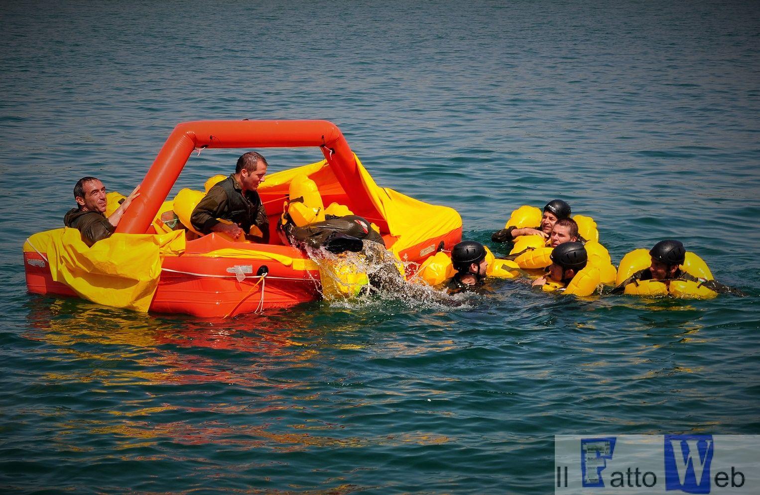 Finti naufraghi in acqua (1)