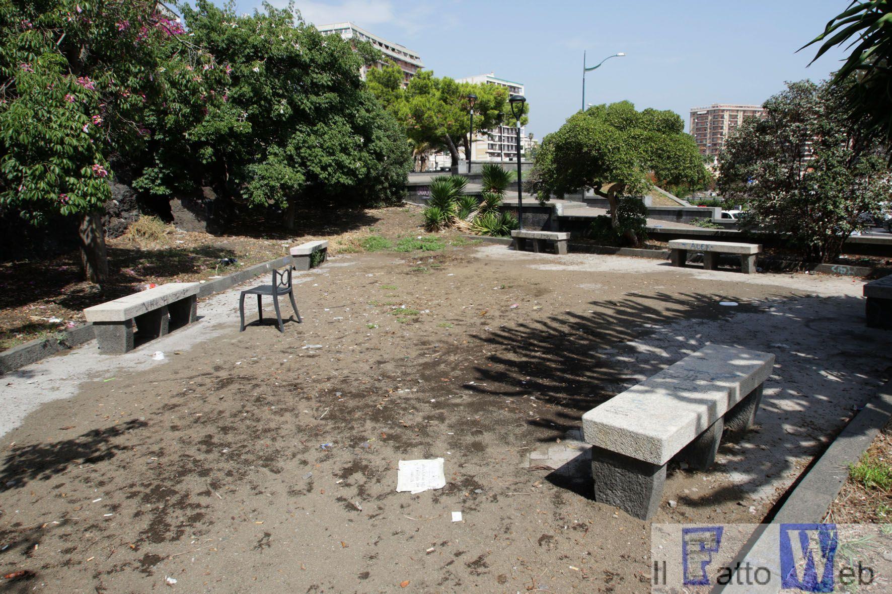 Lo stato di degrado di Piazza Del Carmelo, piazza Europa, piazza Iolanda