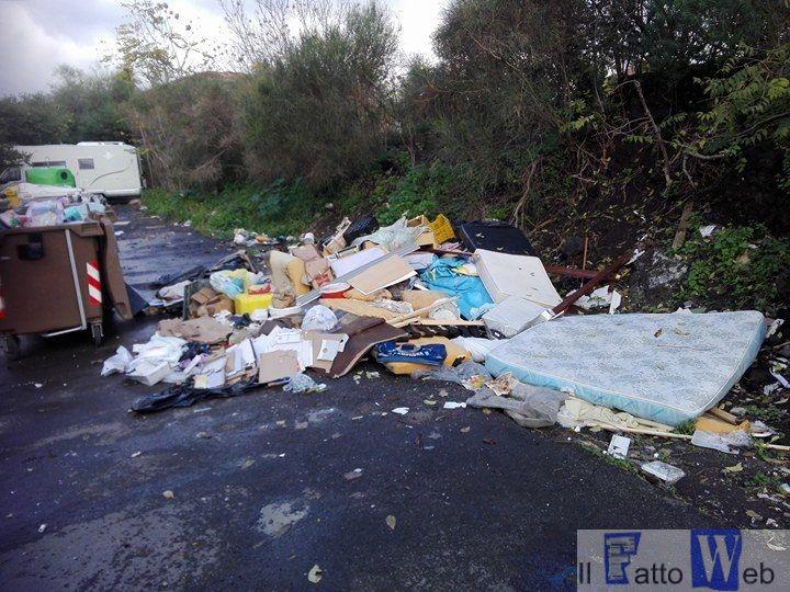 Via Borgese e via Ota invase dai rifiuti. Il Consigliere Giuseppe Nicotra lancia l'allarme e presenta un esposto