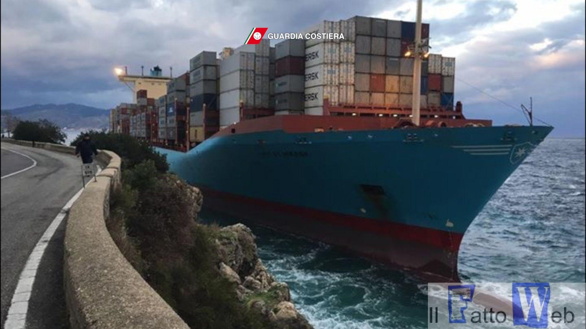 Porta container di 98000 tonnellate incagliata in località Torre Cavallo (RC)