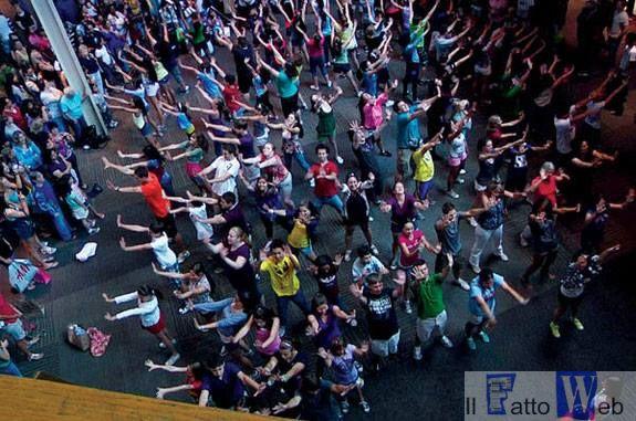 Gli allievi dell'Accademia di Belle arti dedicano un flash mob alla morte della cultura nella società di oggi