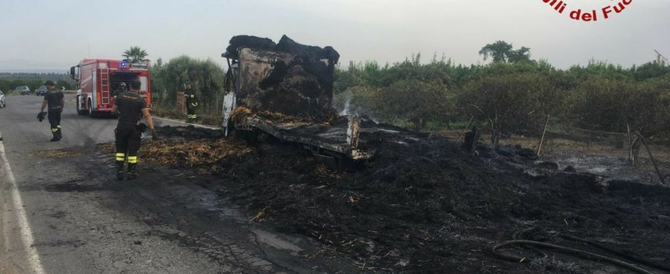 Incendio di un camion sulla  SP 24 in territorio di Paternò ( CT )