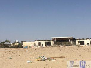 Spiaggia libera di Viale Kennedy tra immondizia e strutture fatiscenti