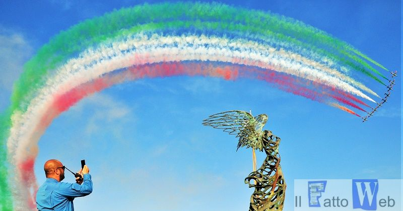 Le Frecce Tricolori incantano il pubblico: grande show nei cieli di Giardini Naxos