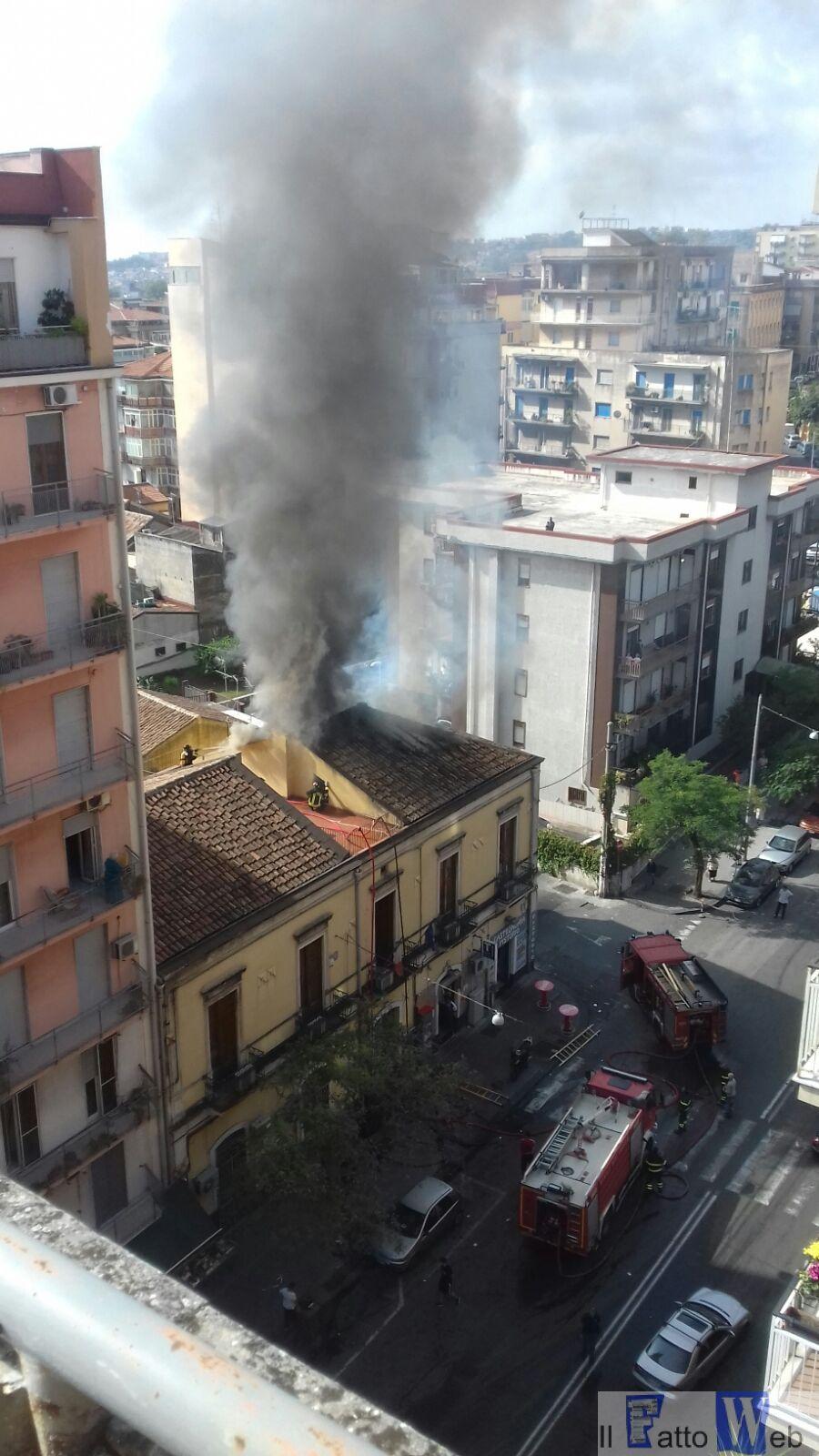 Incendio palazzina viale Mario Rapisardi, chiusi per sicurezza gli uffici comunali