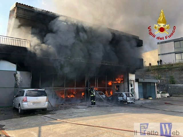 Vasto incendio all'interno di in un'autofficina a Zafferana Etnea