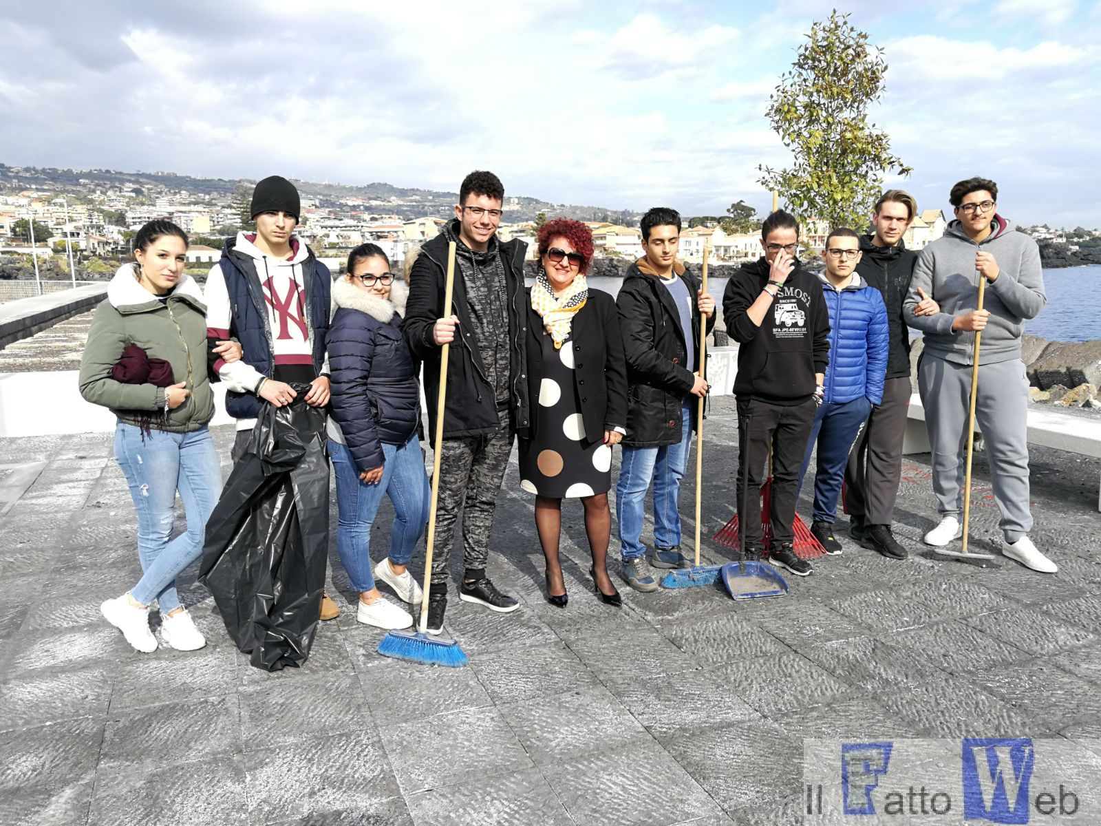 """Studenti """"Politecnico del Mare Duca degli Abruzzi"""" ripuliscono piazzetta Ognina vandalizzata dai teppisti"""