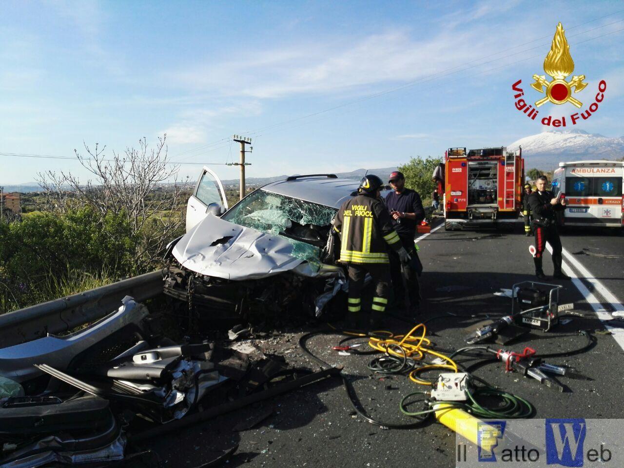 Grave incidente stradale nei pressi di Paternò, sul posto intervengono i Vigili del Fuoco