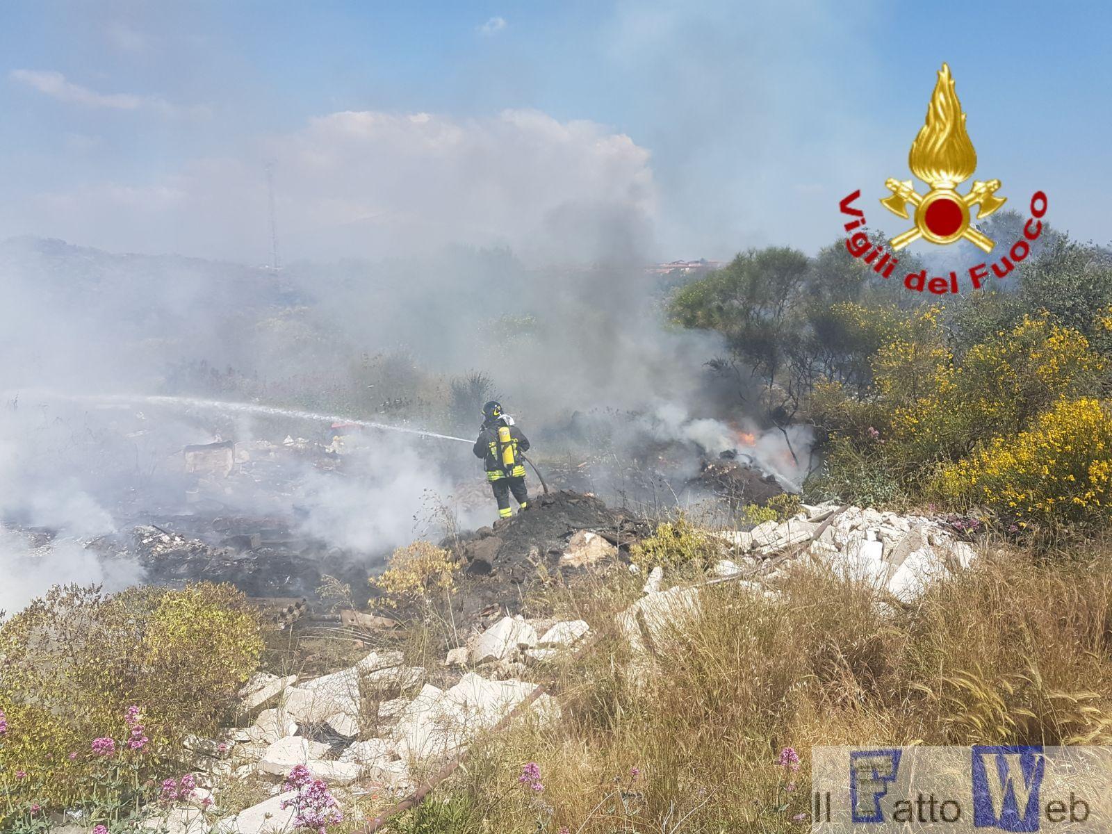 Misterbianco: 2 ettari di  incendio di rifiuti in corso