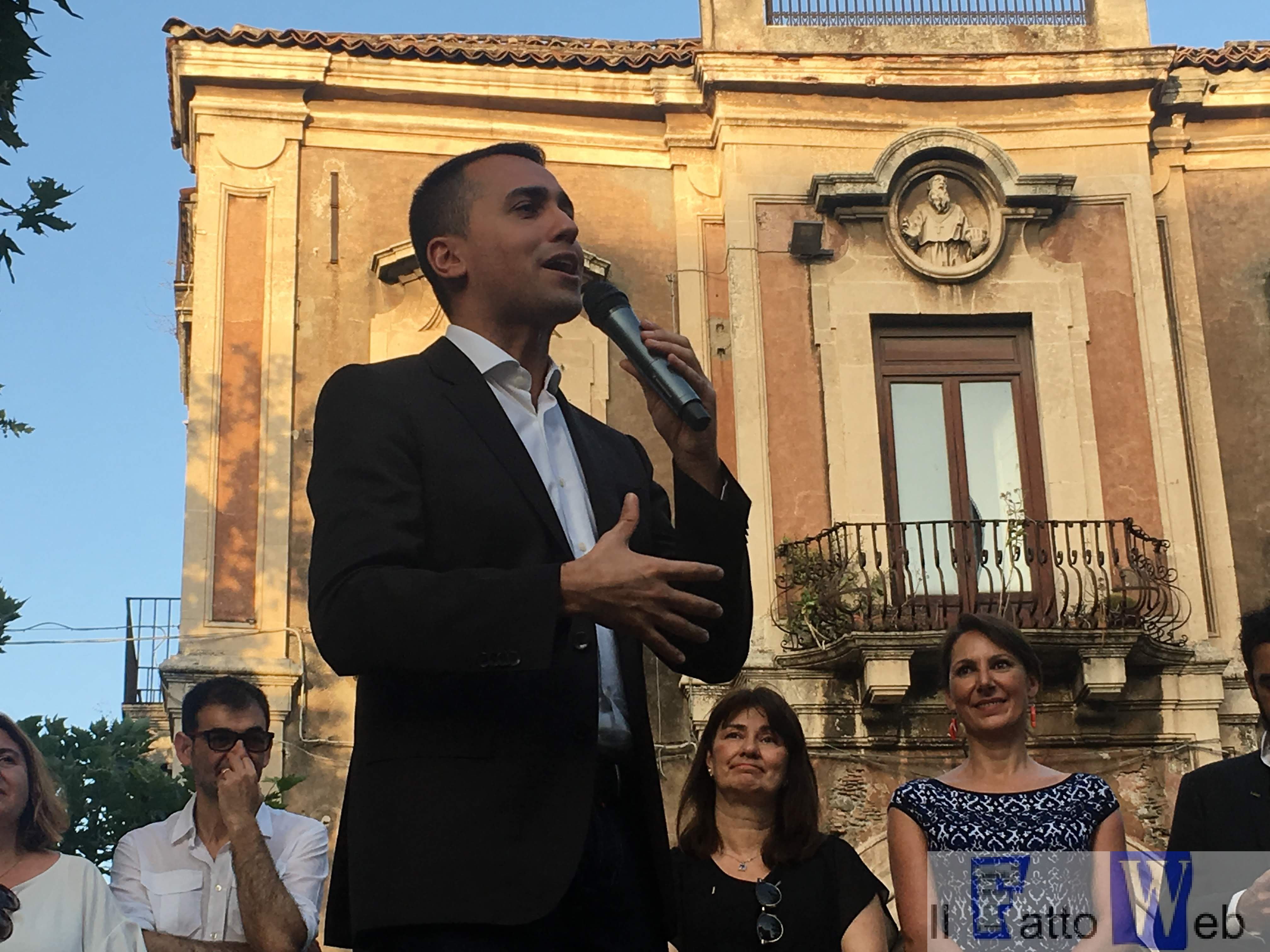 In Piazza Dante a Catania un bagno di folla accoglie Luigi Di Maio