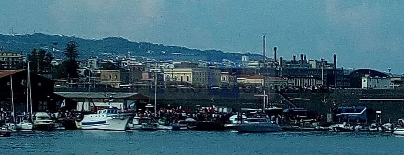 I migranti della Diciotti vengono portati nell'Hot-spot di Messina con mezzi dell'Aeronautica Militare