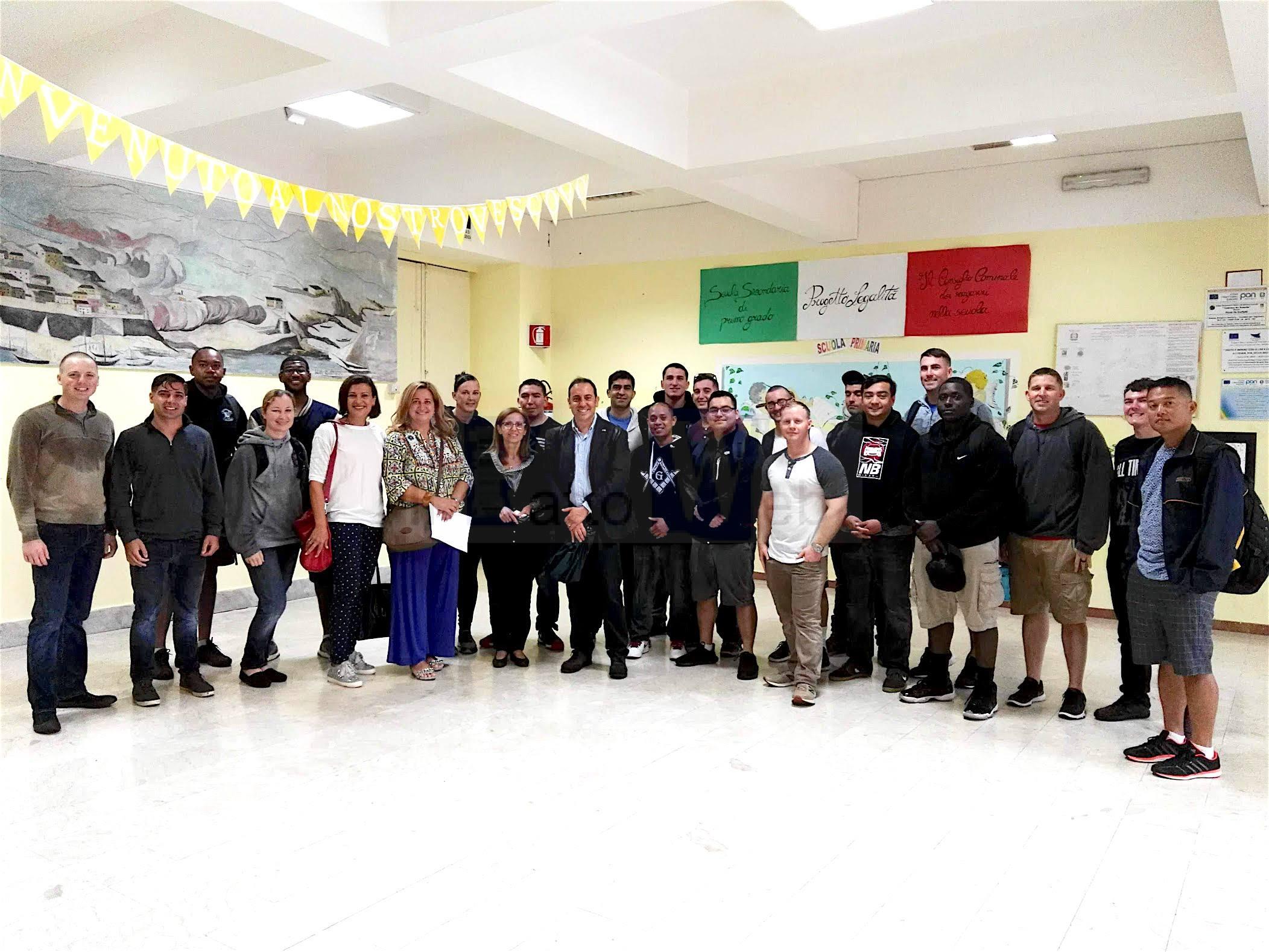 Marinai americani della USS Anchorage sbarcano alla Scuola De Roberto di Cibali per un progetto di solidarietà