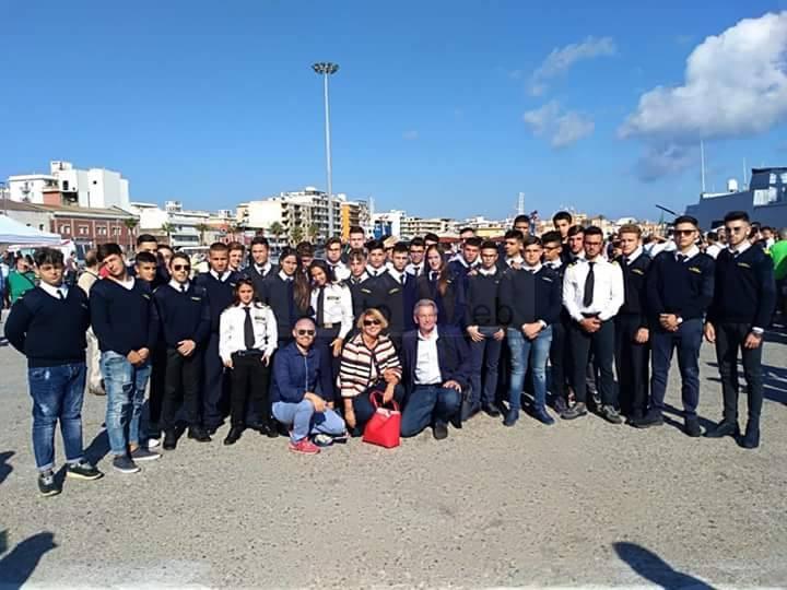 """Studenti del """"Duca degli Abruzzi"""" di Catania alla cerimonia di consegna della bandiera di combattimento della fregata Luigi Rizzo"""