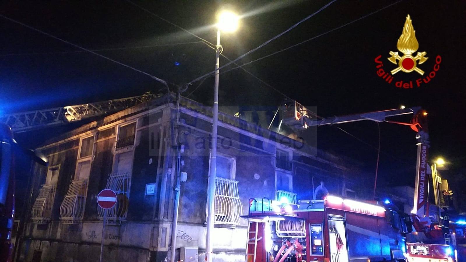 Vasto incendio in uno stabile di via Merlino