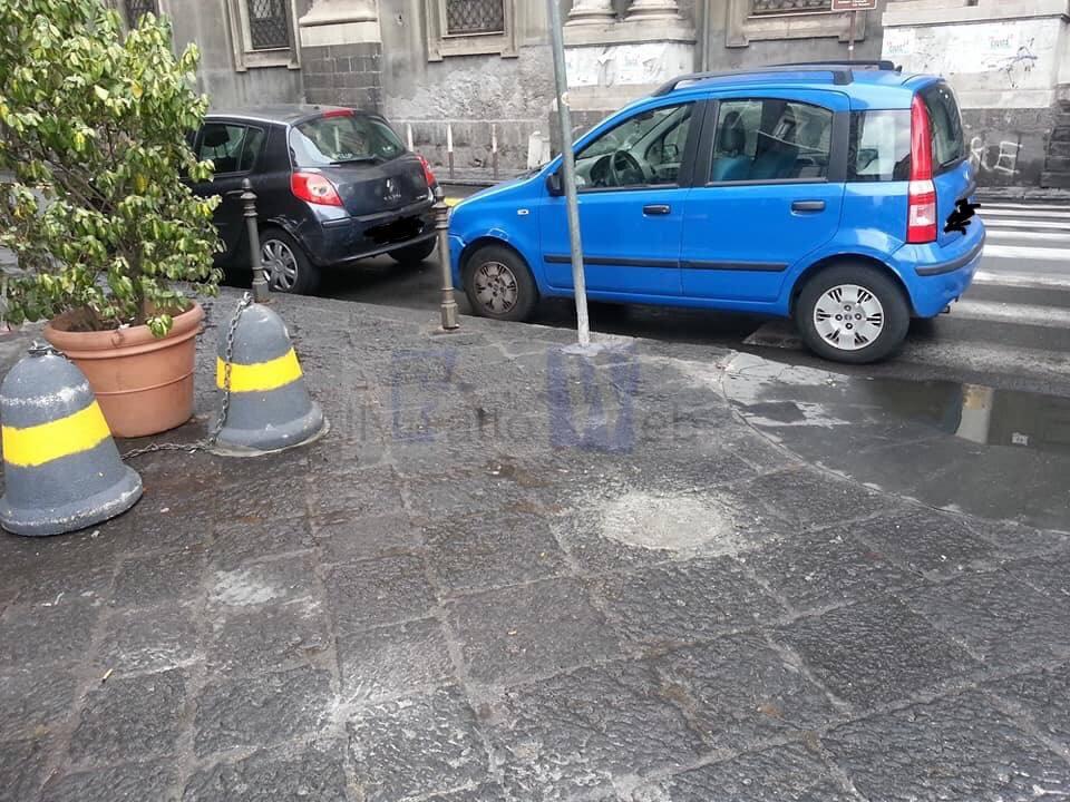 Inciviltà a Catania: auto parcheggiate in Piazza Cutelli la denuncia di Legambiente Catania