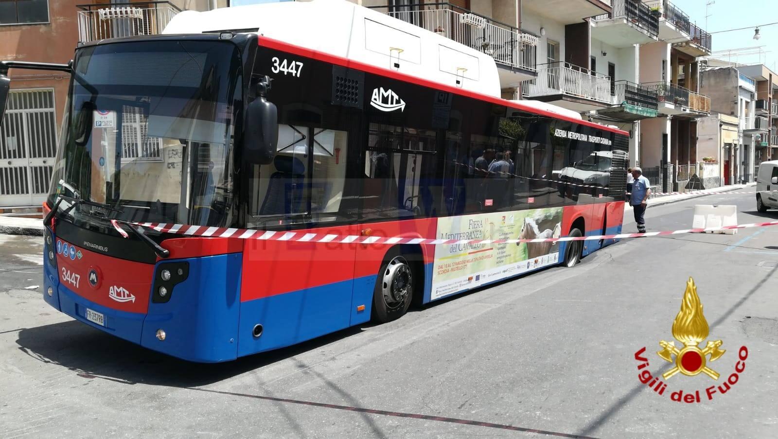 Sprofonda Autobus AMT in via Re Martino ad Acicastello – le foto