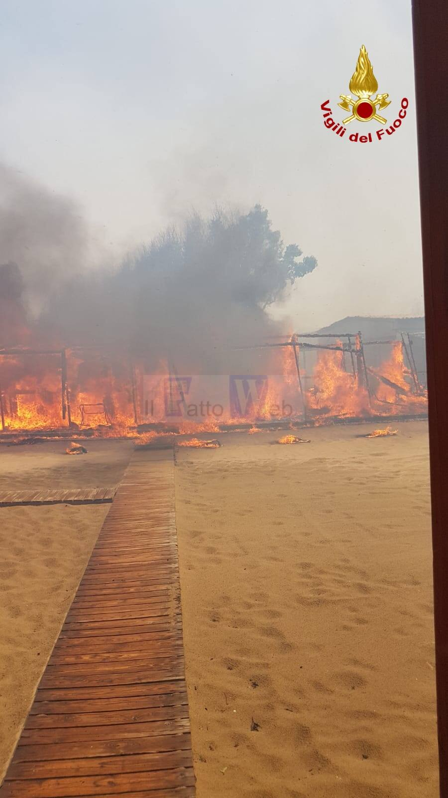 Incendio alla Playa, i VV.FF. raccomandano i bagnanti  di rimanere sulla battigia