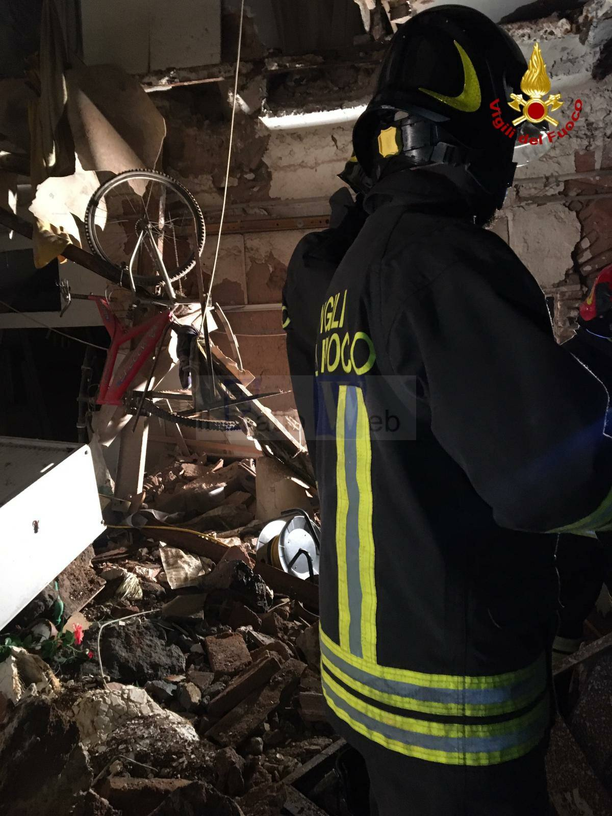Crolla una palazzina a Catania, intervengono i Vigili del Fuoco