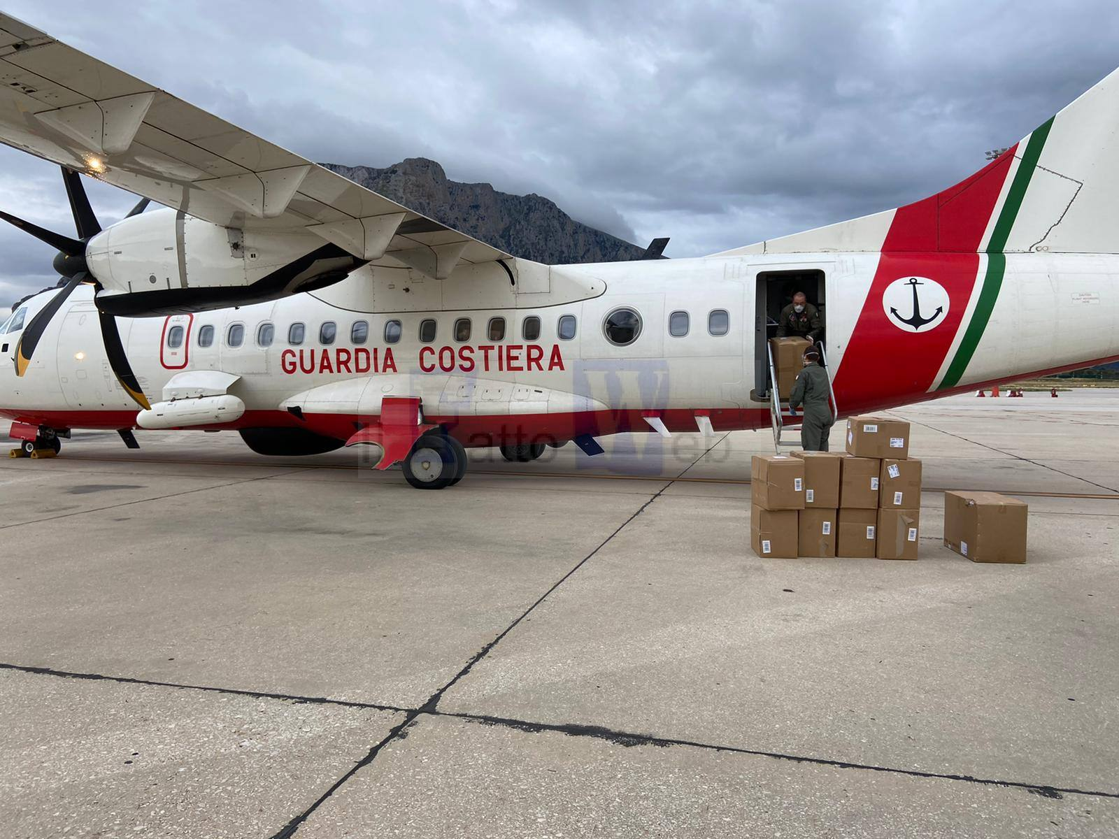 Emergenza Covid-19, un aereo della Guardia Costiera interviene per il trasporto urgente di DPI