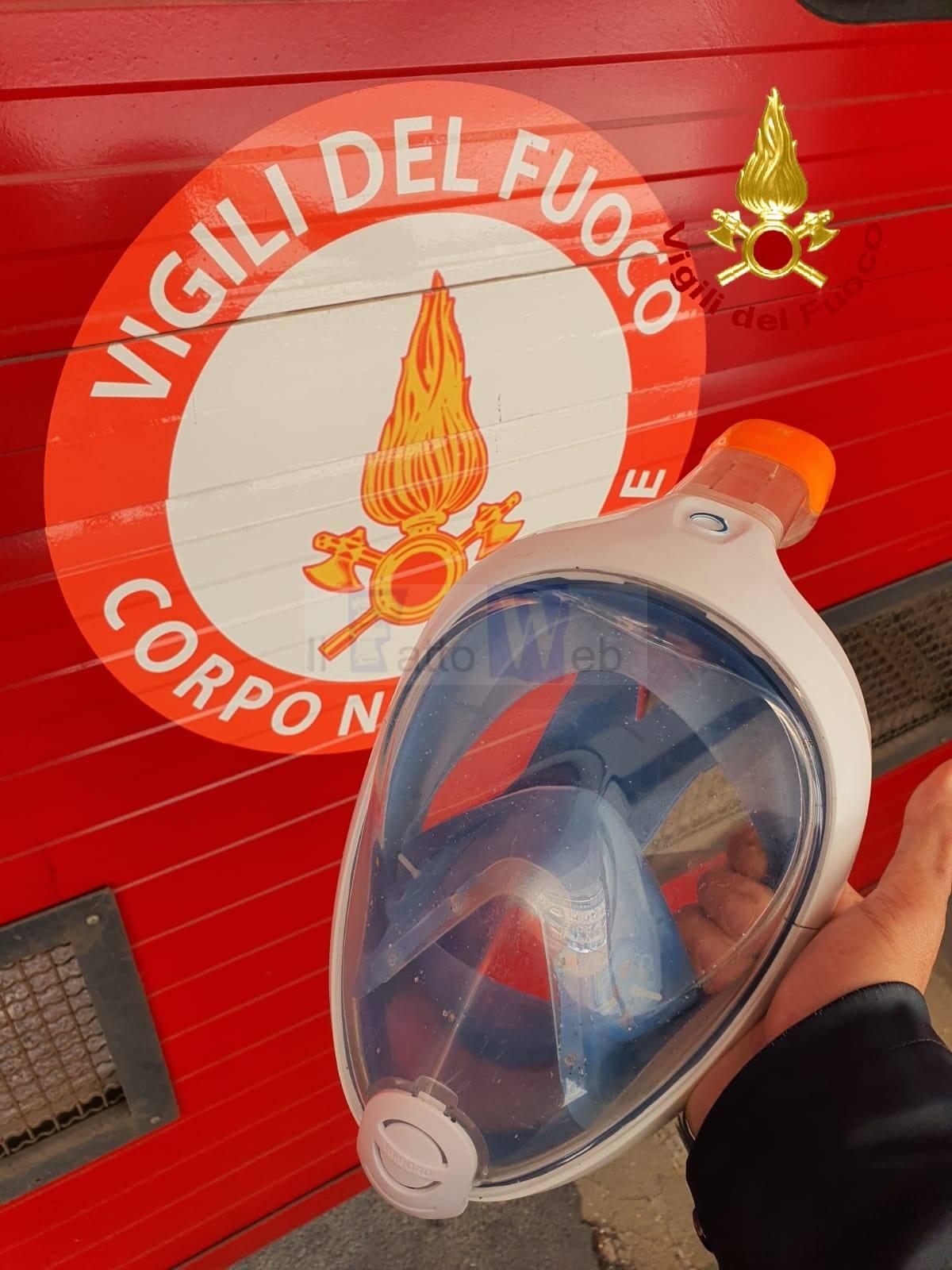 VV.FF. regalano maschere  da snorkeling e card prepagate di buoni spesa